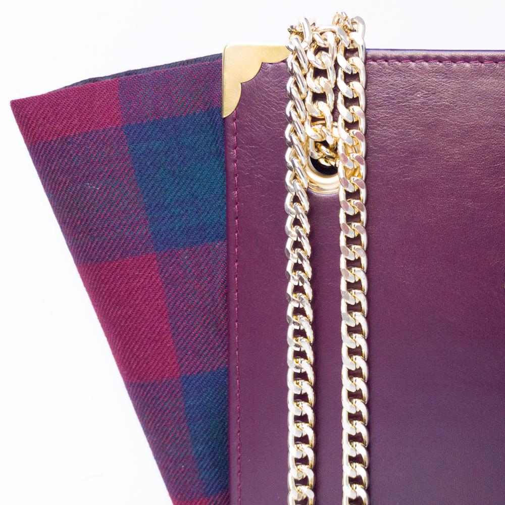 Handbag, borsa a spalla rigida  in vera pelle e tartan, doppio manico con catena, occhielli e angolari dorati,  soffietti laterali estraibili, taschino interno.