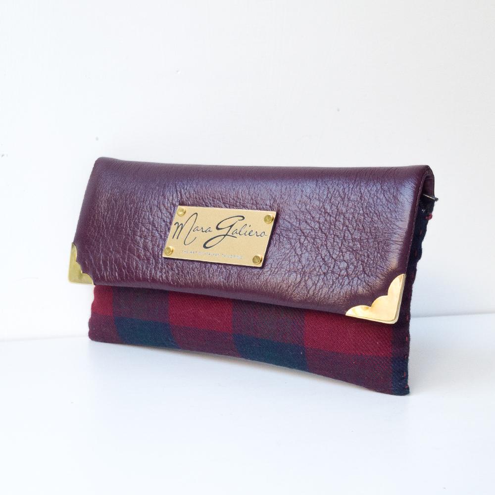 Zip porta monete, quattro divisori per documenti, scomparto per i contanti, accessori dorati.