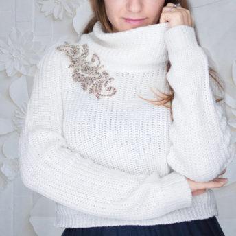 maglione collo alto con applicazioni