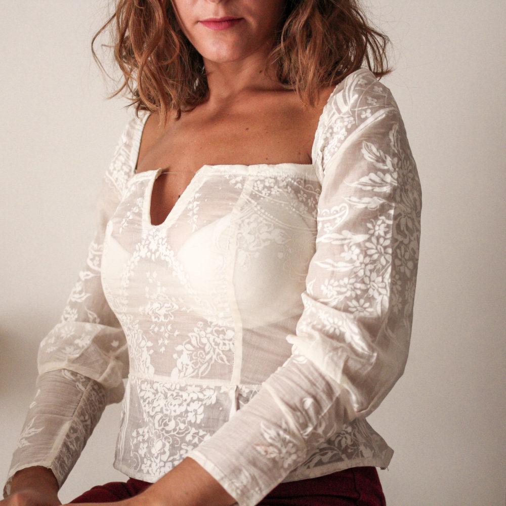 Blusa peplo bianca con scollo quadrato a V: cotone vittoriano | Made in Italy
