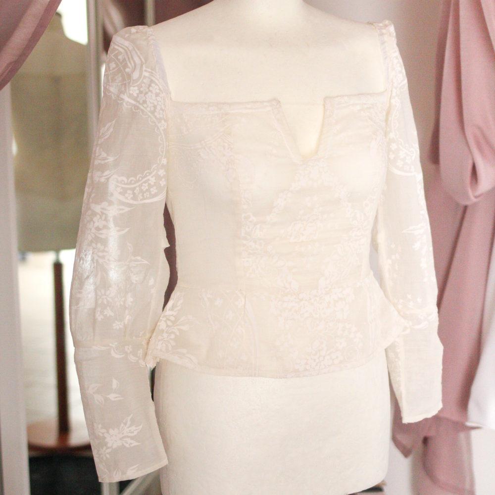 Blusa peplo bianca con scollo quadrato a V: cotone vittoriano   Made in Italy
